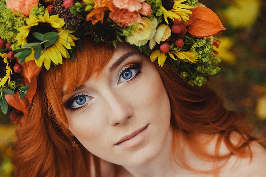 Jesenji buket cveća na glavi žene