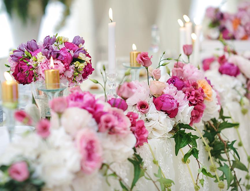 Kreativna ideja za cvetnu dekoraciju svadbenih stolova