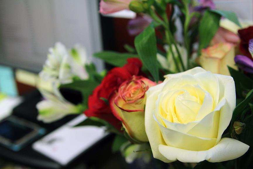 Dostavljeno cveće na poslu